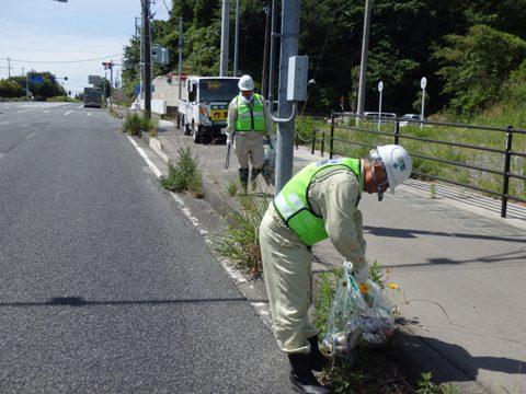いわきのまちの環境美化のため路側帯に散乱しているゴミを収集しました。