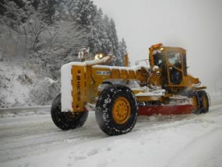 事前に除雪機械や人員を配備して国道49号線の除雪作業を実施