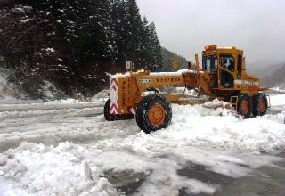 除雪機械や人員を配備して国道49号線の除雪作業を実施