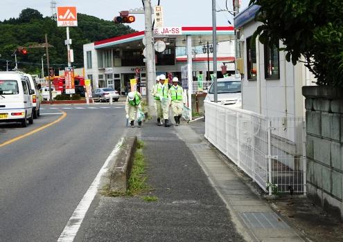 地域住民の先頭に立って道路の愛護と浄化のために実施