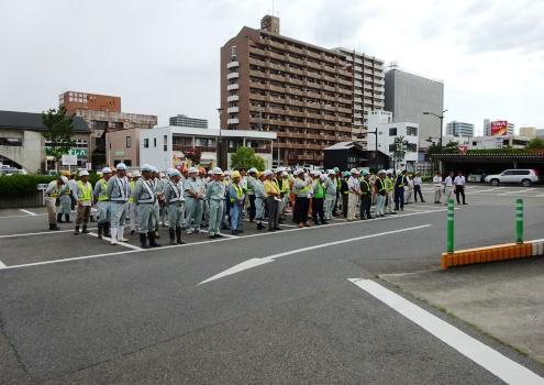 平地区県合同庁舎前駐車場での出発式