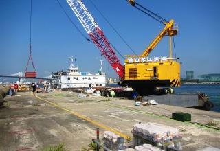 クレーン船による花火資材運搬